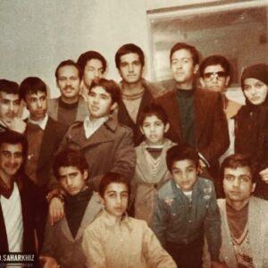 عکس قدیمی رضا عطاران در کنار رضا شفیعی جم و جمعی از هنرمندان