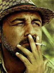 رضا عطاران در حال سیگار کشیدن