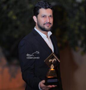 حامد بهداد و جایزه در دستش