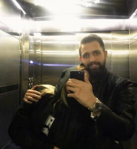 محسن افشانی و همسرش در آسانسور