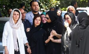 دلداری «لیلا حاتمی» به «لیلی رشیدی» هنگام انتقال پیکر پدر به بهشتزهرا