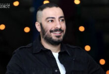 نوید محمدزاده تهیه کننده با لباس مشکی