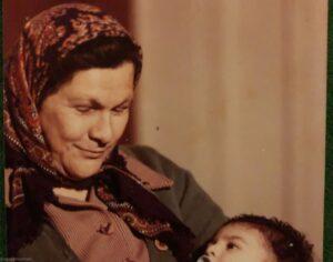 آزاده صمدی در آغوش مادربزرگش