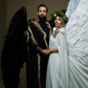محسن افشانی و سویل خیابانی با لباس و بال فرشته