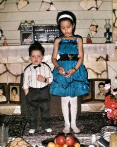کودکی محسن افشانی در کنار خواهرش