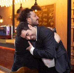 جواد عزتی در آغوش شهاب حسینی