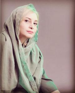 مریم کاویانی با شال طوسی
