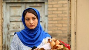 مریم کاویانی با روسری آبی و دسته گل در دستش