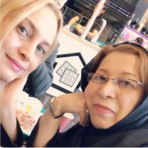 مریم کاویانی به همراه مادرش