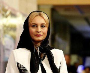 مریم کاویانی با روسری مشکی و مانتو سفید